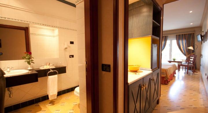 Reveron Plaza Hotel Image 11